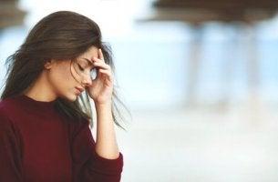 Kvinna som försöker att undvika stress