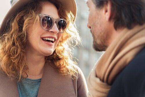 Par med solglasögon