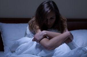 Kvinna som lider av ångest nattetid