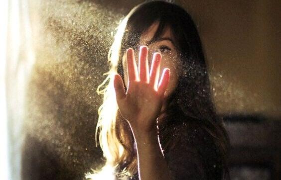 Kvinna som rör solljus