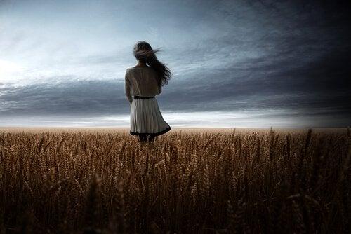 Kvinna vid fält