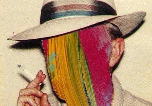 Man med hatt som röker