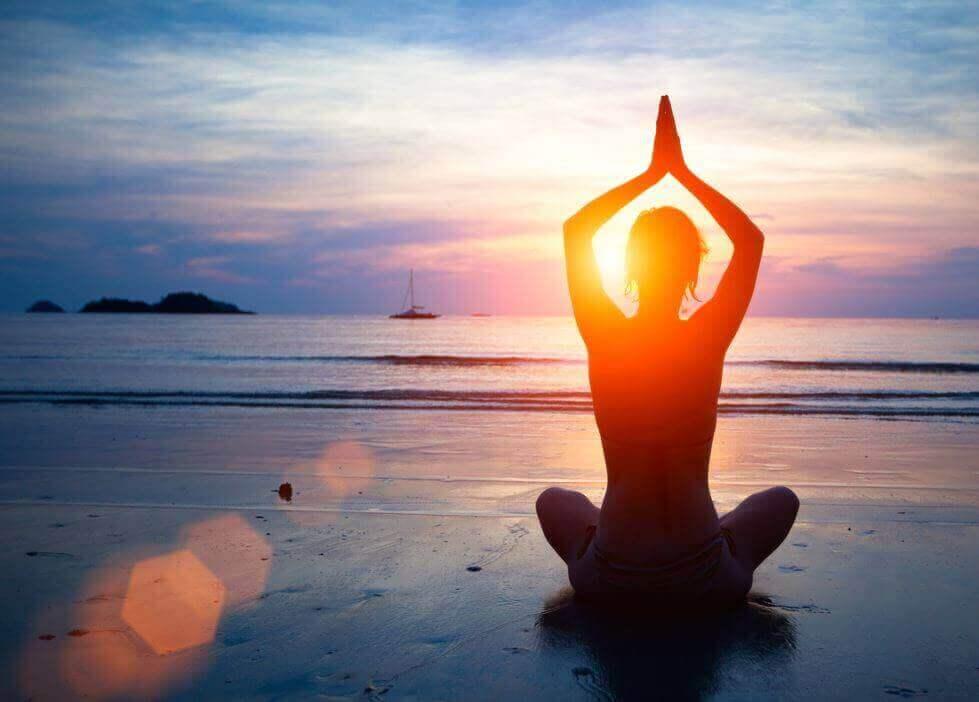 Person som mediterar på strand
