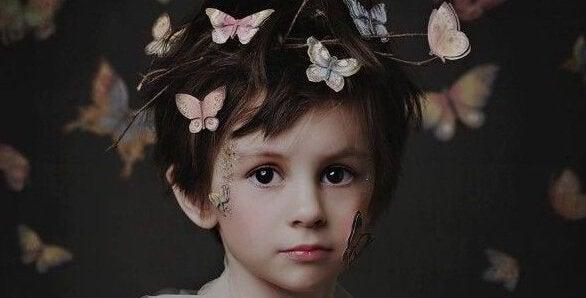 Pojke med fjärilar