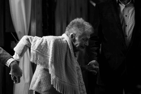 Äldre kvinna får hjälp
