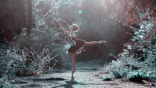Flicka dansar i skog