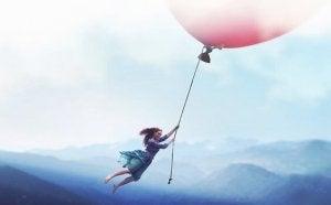 Kvinna flyger med ballong