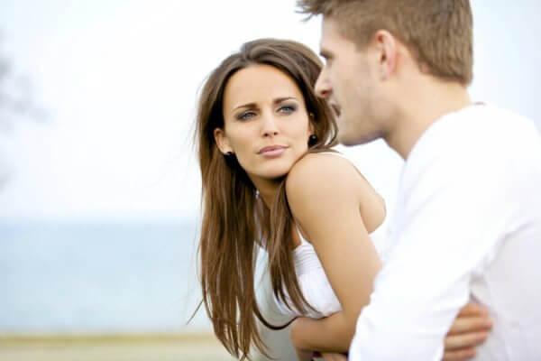 Kvinna lyssnar på man