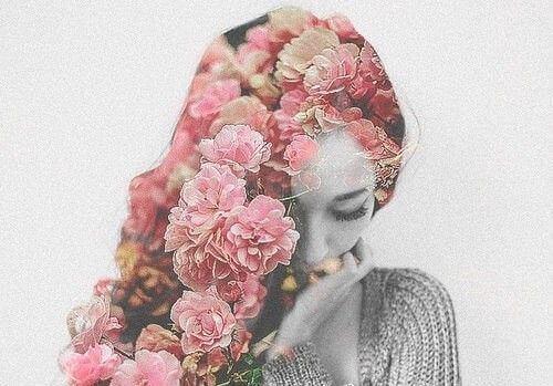 Kvinna med blomsterhår