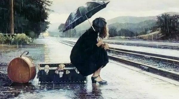 Kvinna väntar på tåget