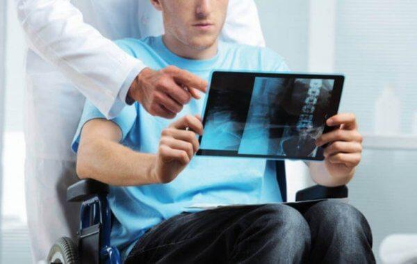 Man med röntgenbilder