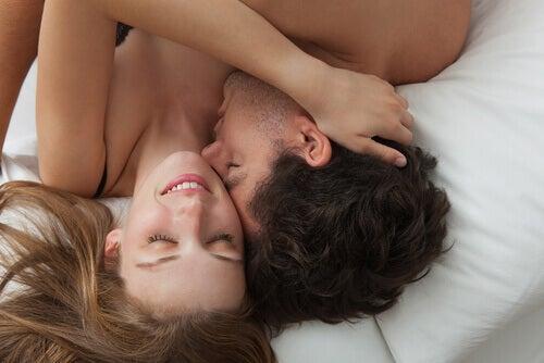 Par kelar i sängen