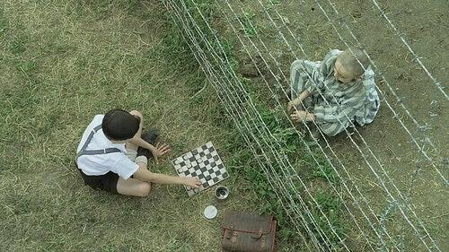 Pojkarna vid stängsel