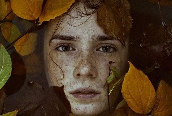 Pojke bland löv