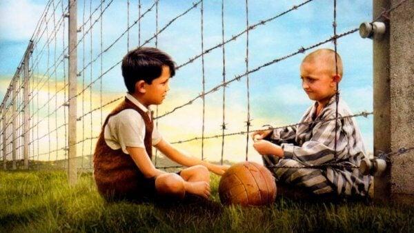 Pojken i randig pyjamas: vänskap bortom stängsel