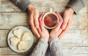 En varm kopp te och kakor
