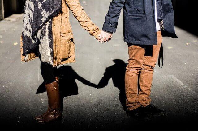 Par som håller hand på gatan