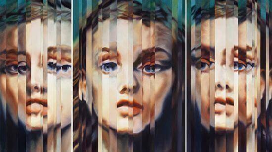 En kvinnas ansikte i en spegel