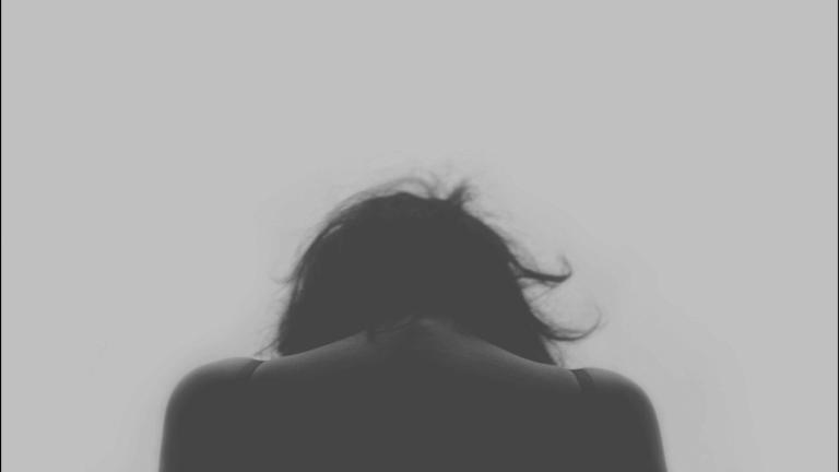 Kvinna med huvudet ner