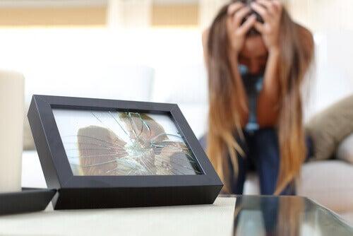 Kvinna med krossat foto