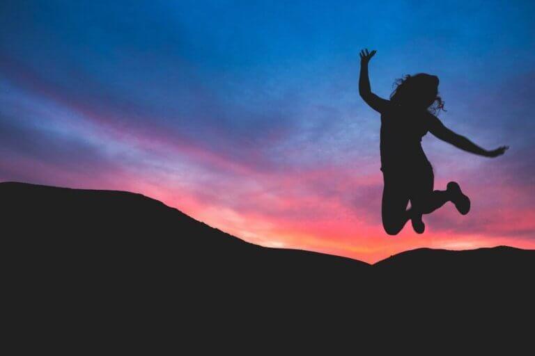 Kvinna som hoppar