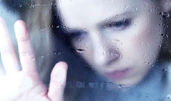 Kvinna vid fönster