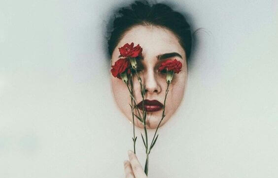 Kvinna med rosor för ögonen