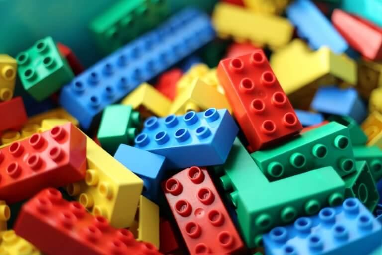 Legobitar i olika färger