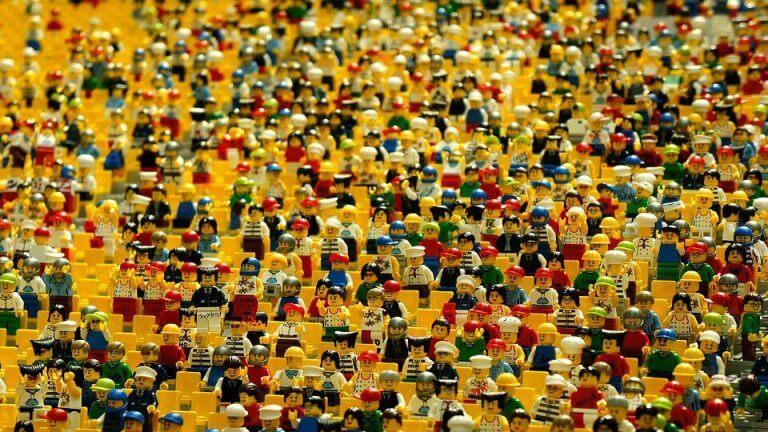 Folksamling med legogubbar