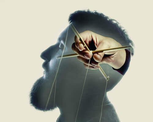 Man som blir manipulerad