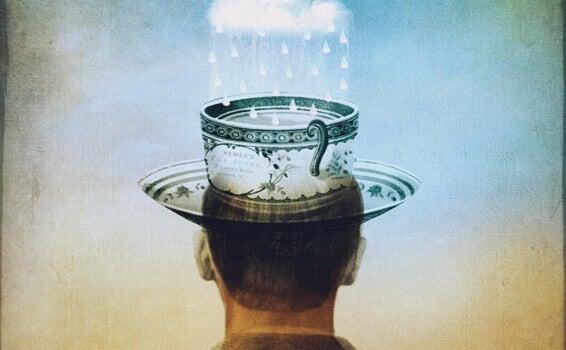 Man med kopp som hatt