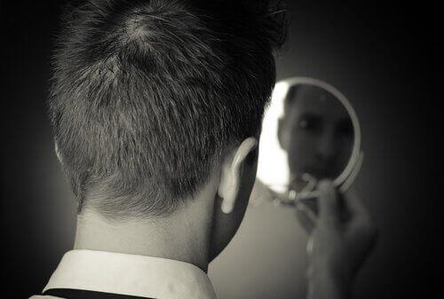 Man som tittar i spegel