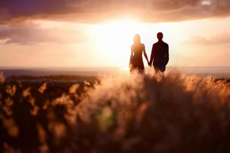 Par som håller hand