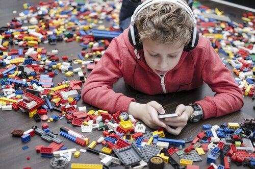 Pojke bland lego