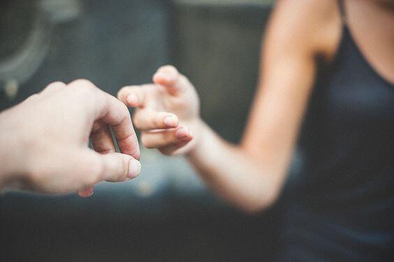 Händer som rör vid varandra