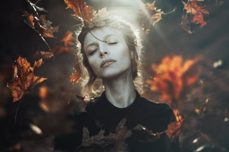Kvinna bland löv