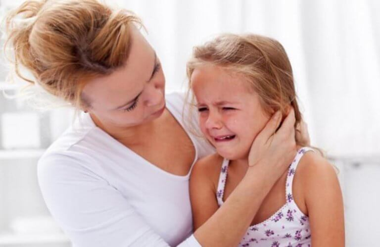Kvinna med ledsen dotter