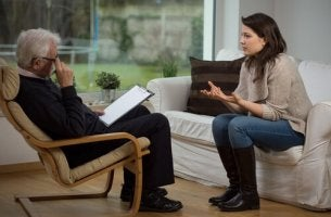 Kvinna som har valt att gå i terapi för att upptäcka sin själv