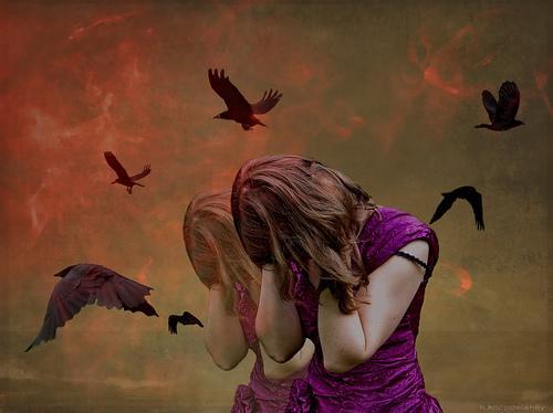 Kvinna omgiven av fåglar