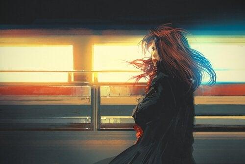 Kvinna på tågstation