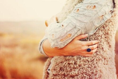 Kvinna som kramar sig själv