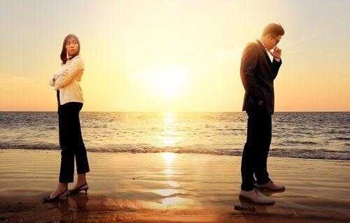 Man och kvinna på strand