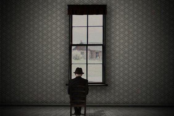 Man vid fönster