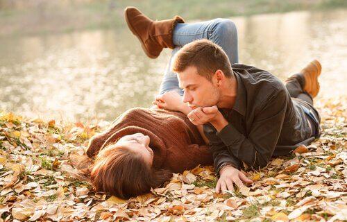 Par som ligger på gräsmatta