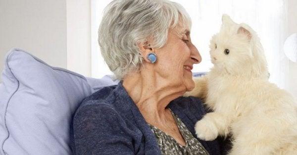 Äldre kvinna med katt