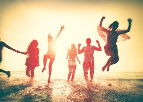 Glada vänner på stranden