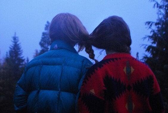 Kompisar med sammanflätat hår