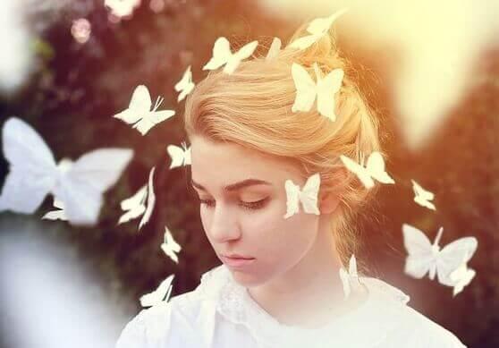 Kvinna bland fjärilar