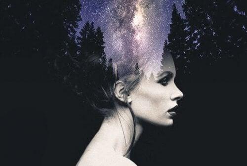 Kvinna och skog
