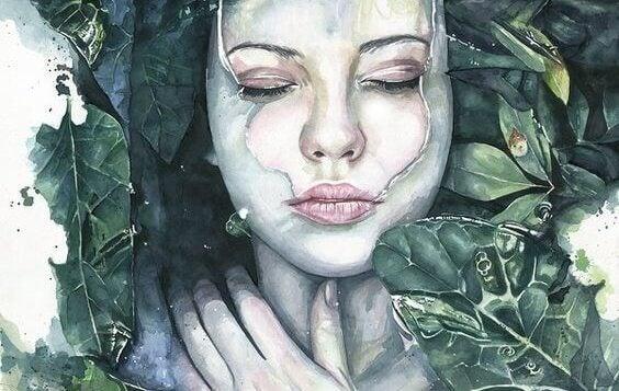 Kvinna täckt med blad